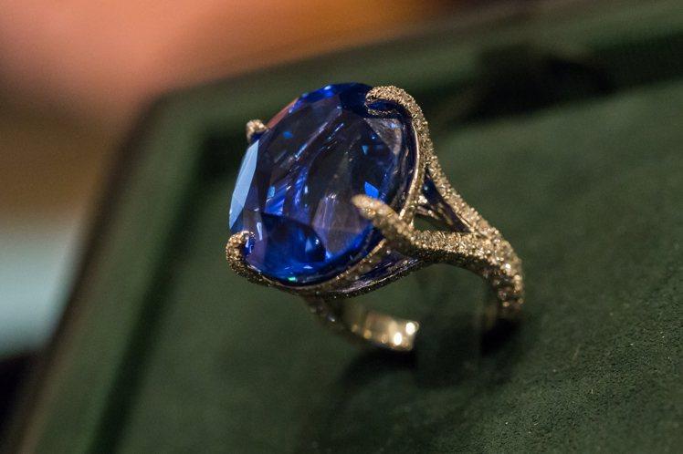 此次展出要價前三高的斯里蘭卡藍寶石,色澤飽滿,重約51克拉,是Tiffany首席...