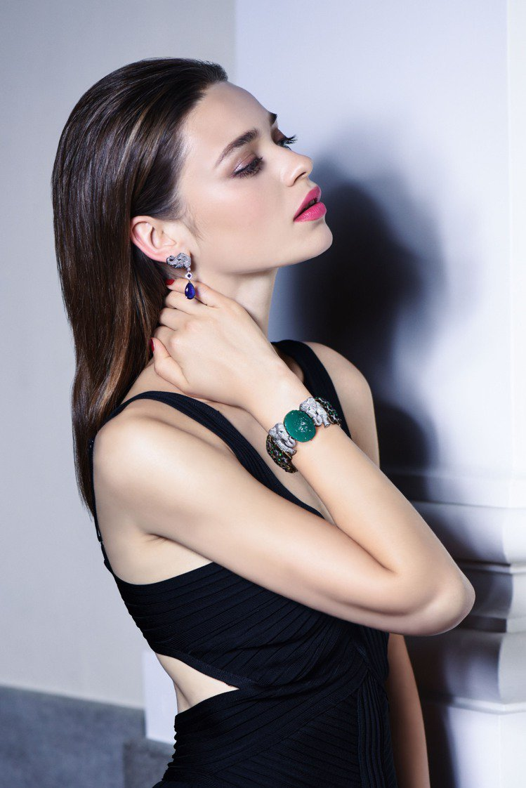 模特兒演繹Cartier Magicien系列Ganesh祖母綠大象造型手環和藍...