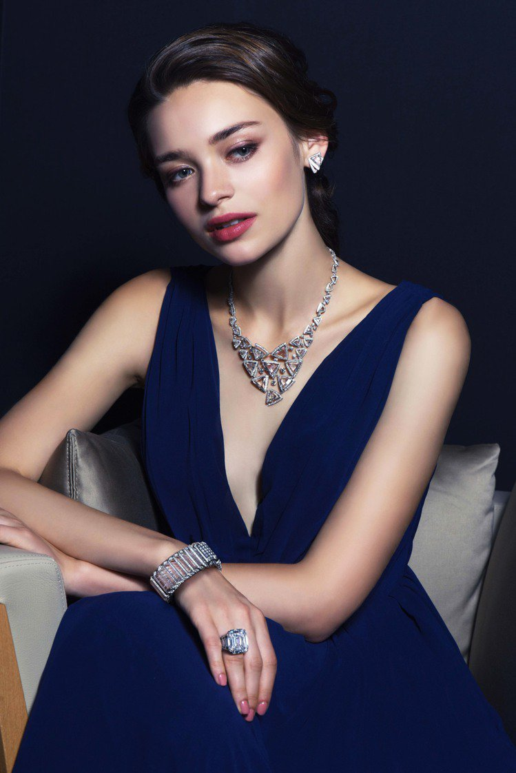 模特兒演繹Cartier Magicien系列Luminance 鑽石作品