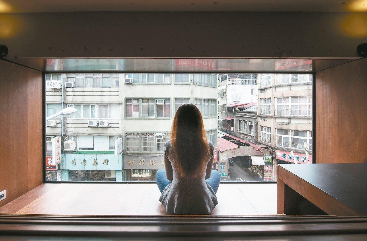 外側角落的祕密空間,坐看落地窗外風景,書本外的庶民生活盡收眼底。 ◎廖玉蕙/圖片...