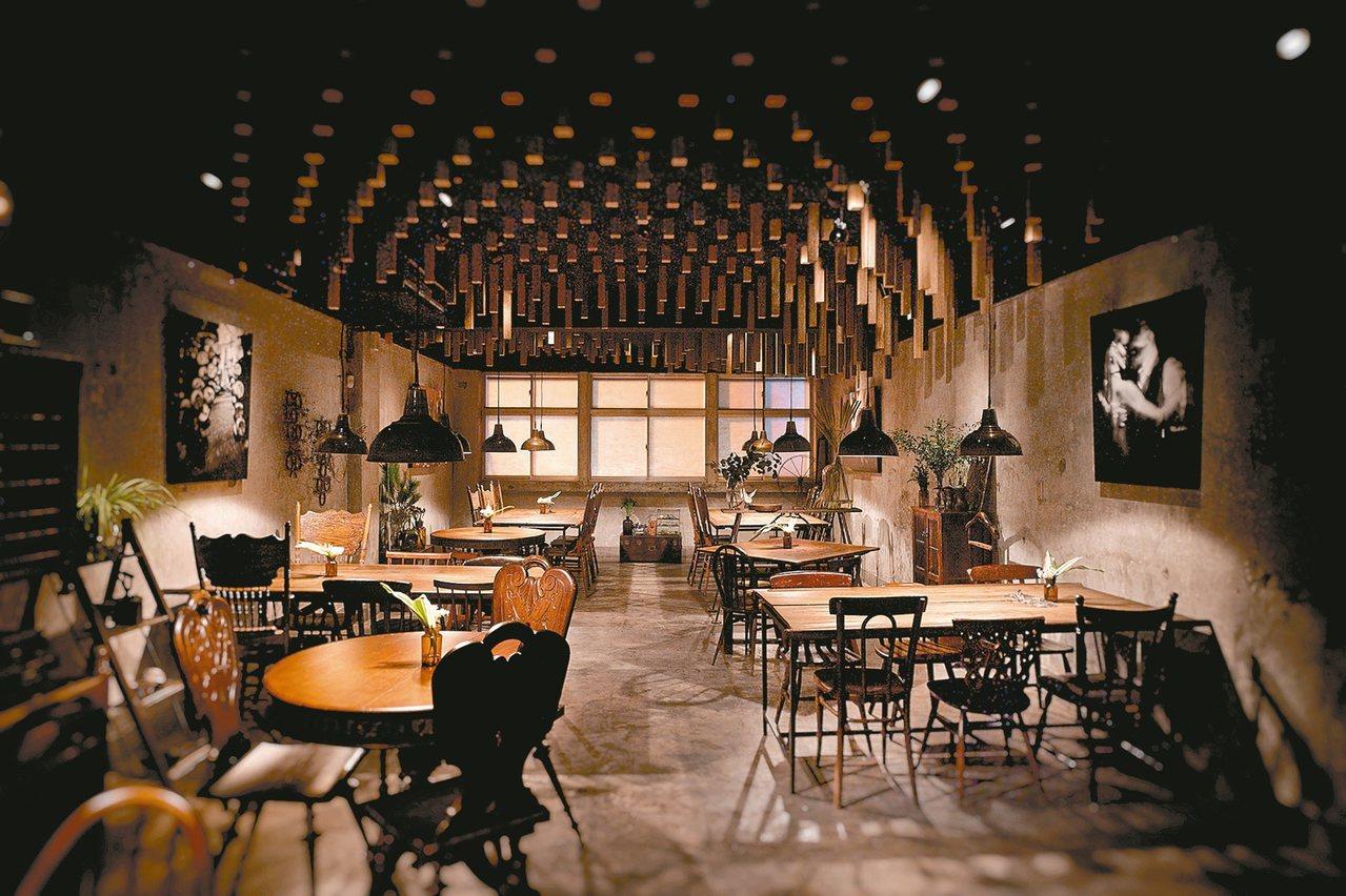 二樓餐廳:餐桌使用民初的木門釘製而成,點綴有唐山過台灣時的箱子,大稻埕早年醫生椅...