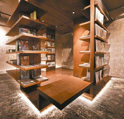 三樓是寧靜書房,提供各式書籍,蒐集來的珍貴獨立書刊。書桌上方另有小空間,躡足上樓...