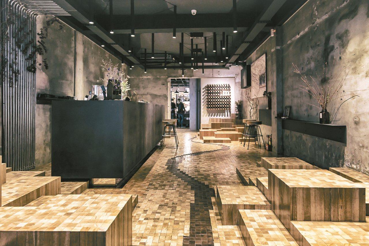 一樓咖啡廳:用木板拼出蔣渭水當年由台北到宜蘭的地形,淡水河貫穿陽明山、觀音山﹔天...