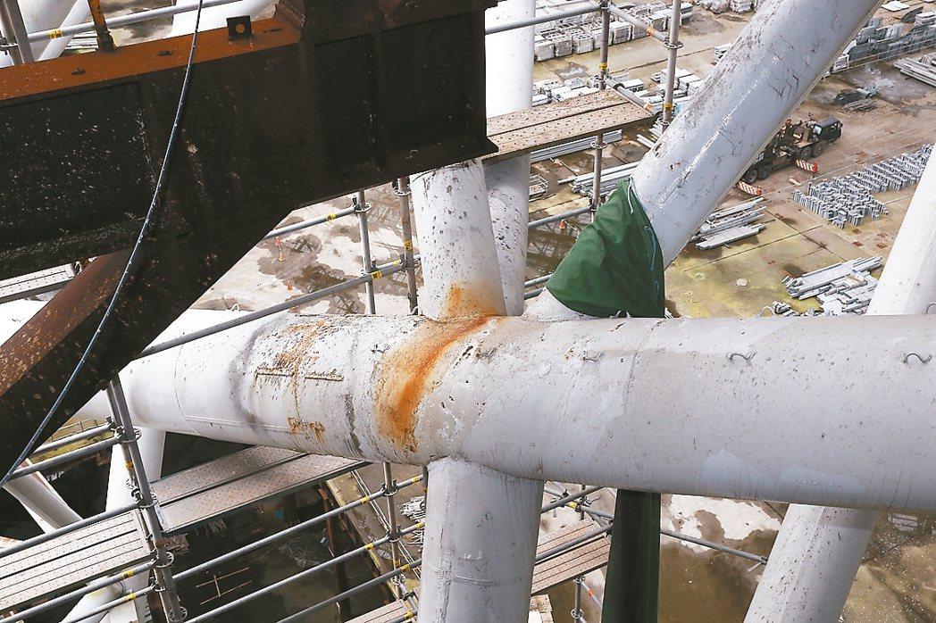 土木技師說,大巨蛋裸露鋼筋部分已屬三級鏽蝕,也就是鋼鐵表面全面鏽蝕,大部分氧化層...
