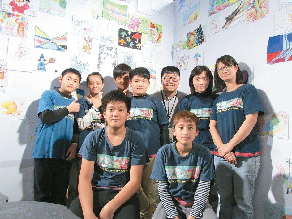 聽完「波隆納世界插畫大展」公益導覽的錦屏國小學生,開心在展場的貼貼牆合影。 圖/...