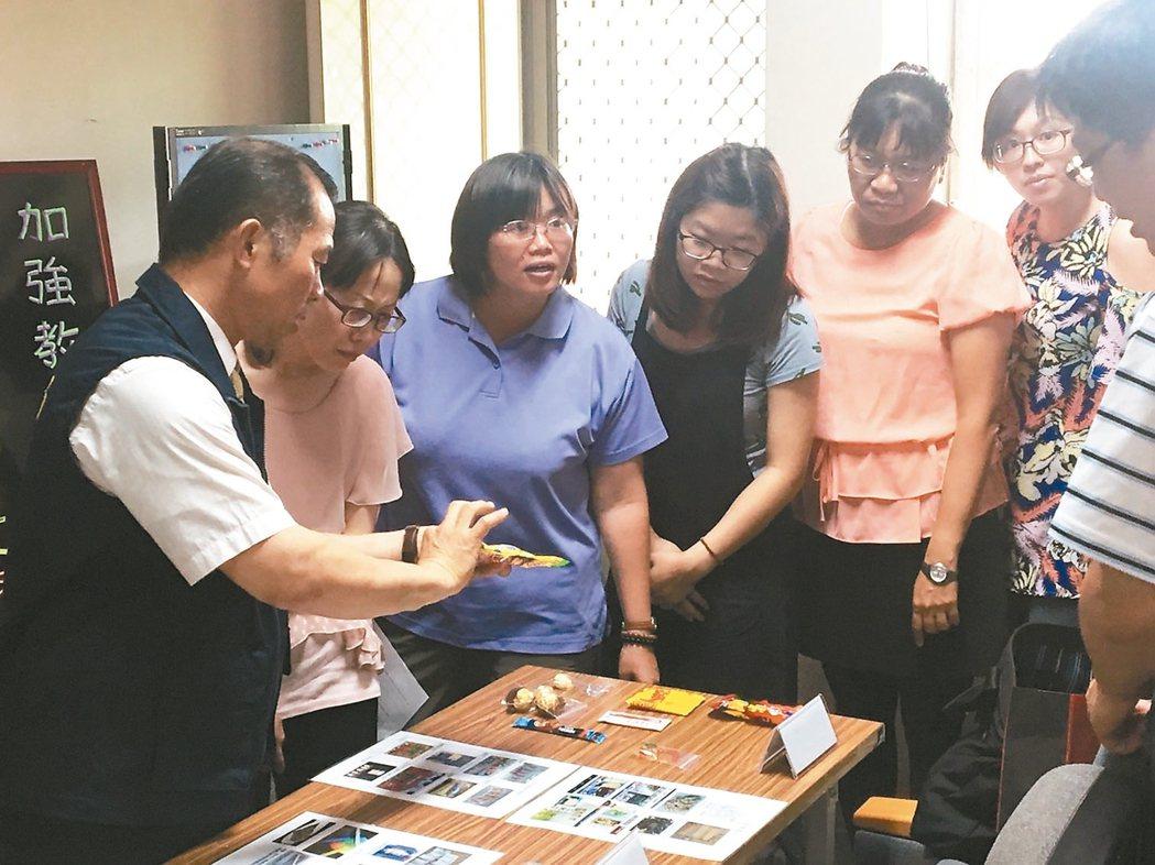 彰化縣警局到花壇三春國小向教師說明現在流行的毒品樣貌。 圖/彰化縣警局提供
