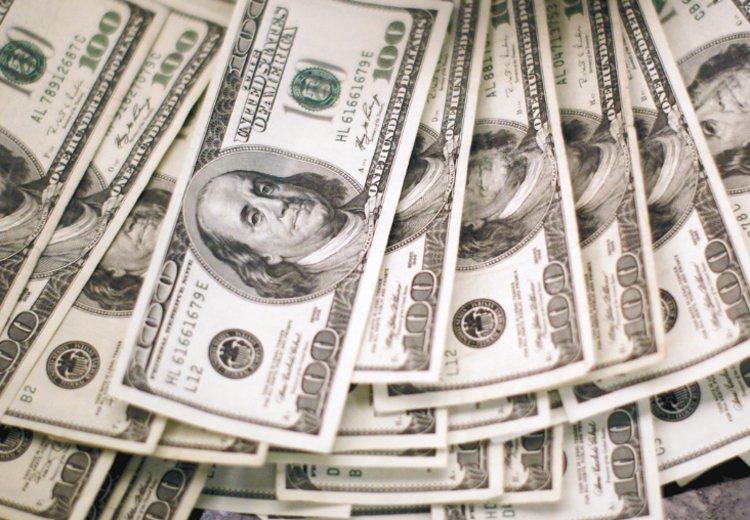 美元具有流通性佳、報價透明與資訊容易掌握等優勢,成為投資人偏好的幣別。 路透