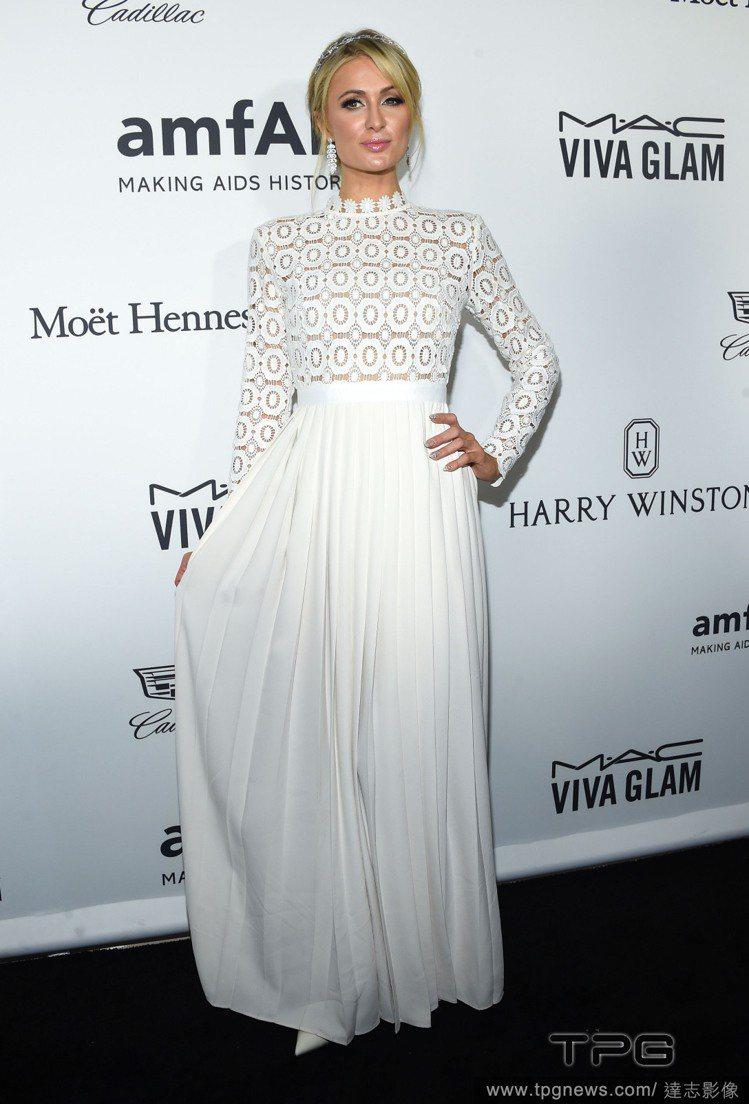派瑞絲希爾頓也穿過與劍橋公爵夫人凱瑟琳同款的Self-Portrait刺繡洋裝。...
