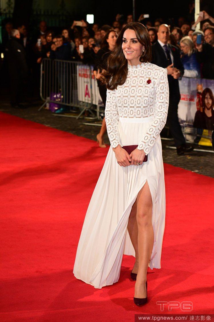 劍橋公爵夫人凱瑟琳身穿Self-Portrait刺繡洋裝。圖/達志影像