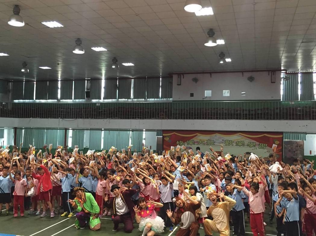 歡樂魔法劇團團校園巡迴時的照片。圖/吳文堯提供