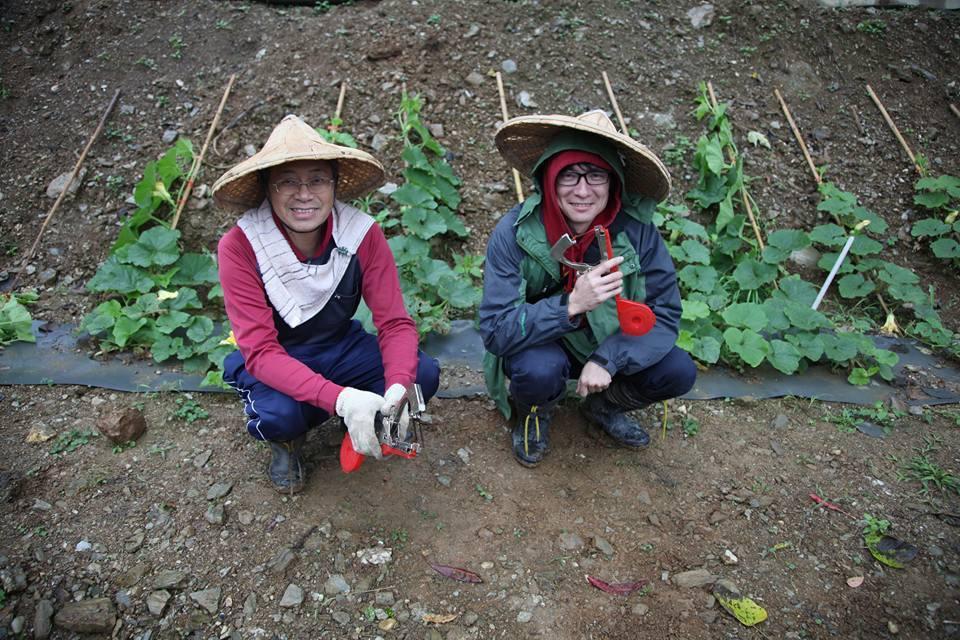 張善政與農友拍下照片,說是師(右)生(左)合照。圖/取自張善政臉書