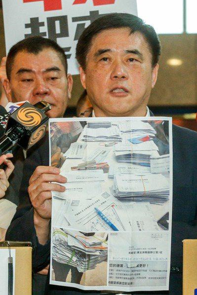 郝龍斌拿著支持者的連署書,表示有信心第一輪就勝選。 圖/報系資料照