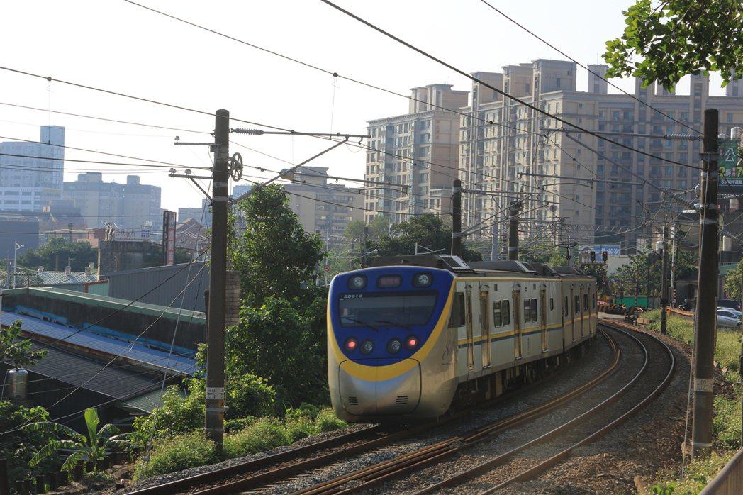 圖為鶯歌火車站附近台鐵列車通過景象。 業者/提供