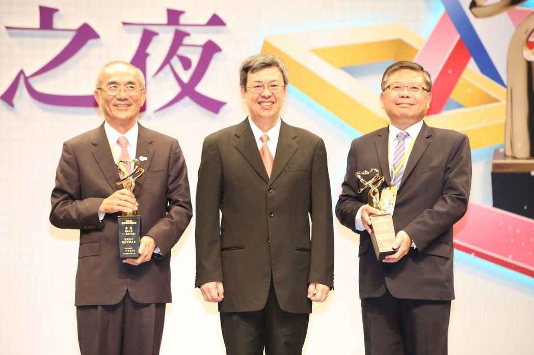 獲得國家產業創新獎-組織類卓越創新企業獎,致茂電子董事長黃欽明(左起)、副總統陳...