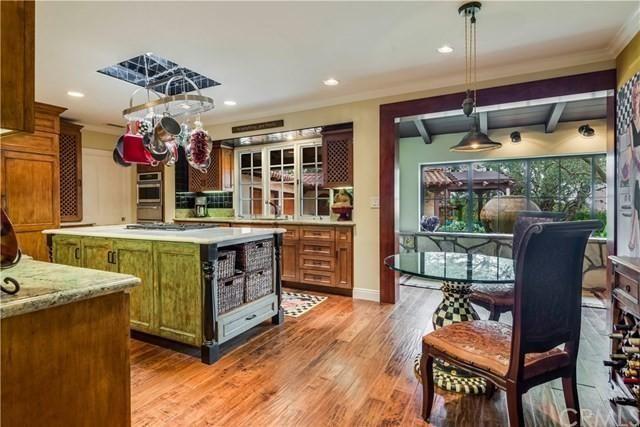 廚房內配備定制櫥櫃和大理石檯面,並且與餐廳相連。(Realtor.com)