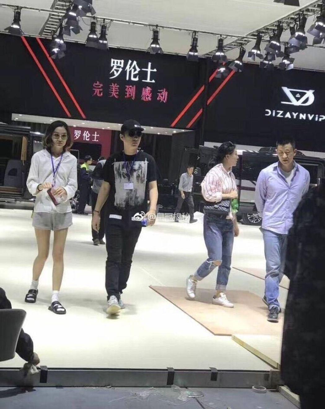 王思聰在助理的陪同下到上海車展看車。(取材自微博) 葉玉鏡