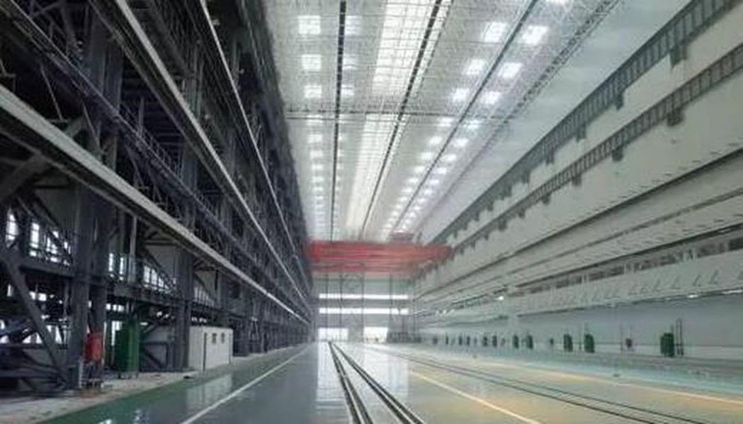 渤海造船廠潛艇總裝車間內部照片曝光,外界認為該廠房可同時建造五到六艘核潛艇。(取...