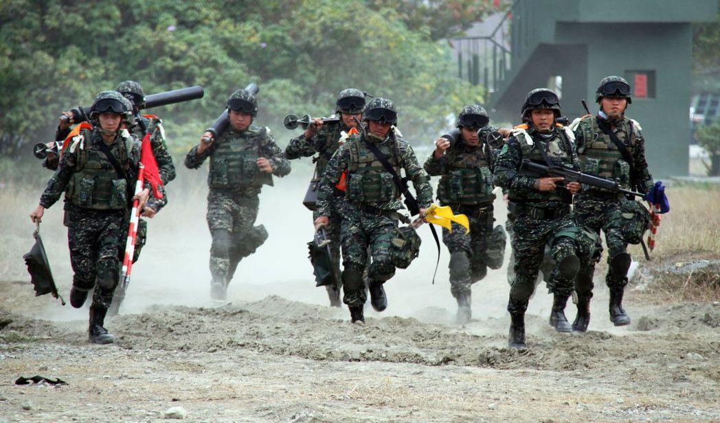 國軍部隊致力保家衛國,軍中卻仍使用一些「老爺裝備」。  報系資料照