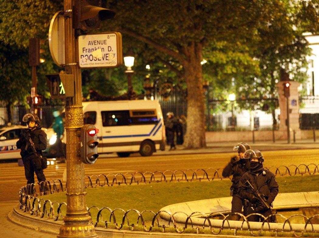 距離法國大選倒數3天,巴黎香榭麗舍大道今晚發生槍戰,目前大道已暫時封鎖。 美...