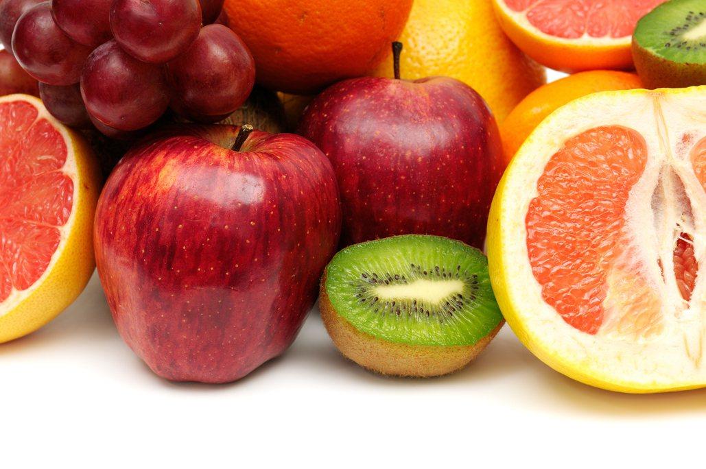 根據國健署調查,18歲成人每天吃3蔬2果比例僅1成,蔬果普遍攝取不足,建議民眾應...