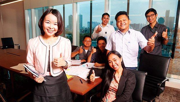 賴珩佳(左)負責的物業管理是夫家集團內最新事業單位,她流利的印尼語成為溝通利器。...