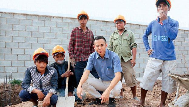 吳勇箴雖是成大博士,但從高中開始跟三教九流打交道,即使跟語言不通的工人相處,也沒...