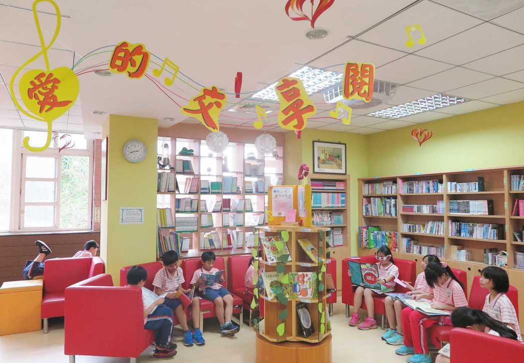 學生踴躍參加書展活動,響應世界閱讀日。 圖/北市修德國小提供