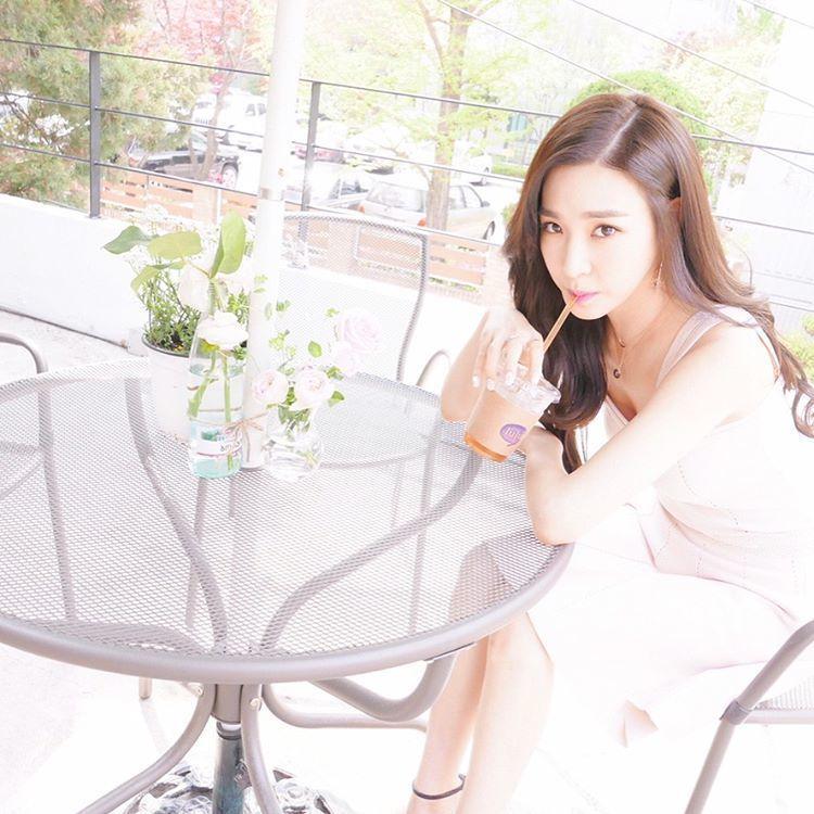 少女時代成員Tiffany喝咖啡秀美腿。 圖/擷自xolovestephi IG
