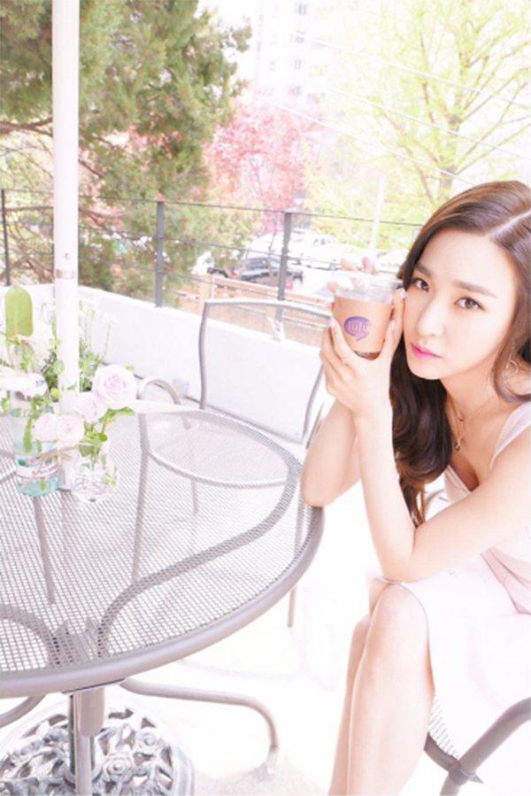少女時代成員Tiffany喝咖啡秀美腿。 圖/擷自xolovestephi IG...