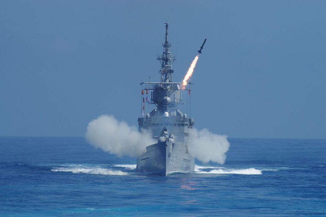 發射ASROC反潛火箭,模擬攻擊敵潛艦的濟陽級巡防艦。 記者程嘉文/攝影