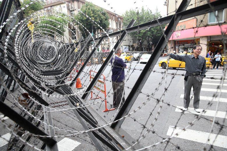 經常有推擠的抗爭現場,配置具殺傷力的器材,會增加抗爭民眾、路人甚至警察自身的受傷...
