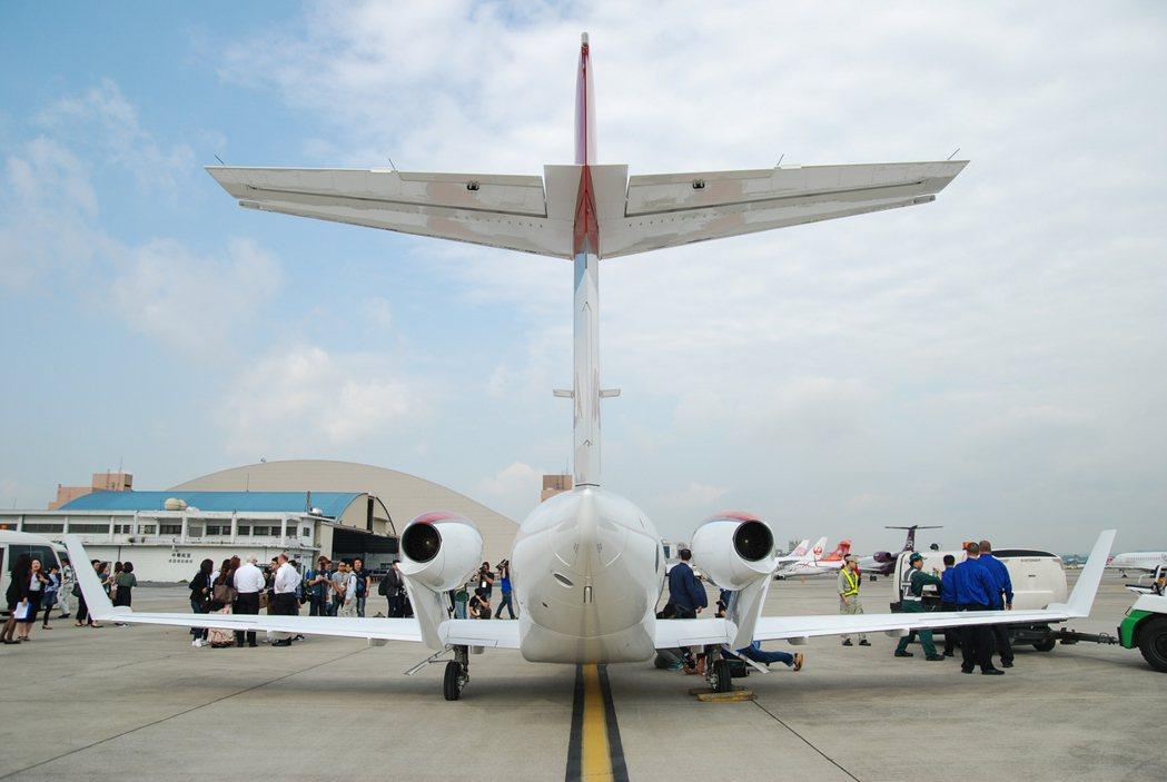 此次採全新設計的 HondaJet 輕型噴射機不若傳統飛機將噴射引擎放在機身尾部兩側,改採專利設計的機翼上置引擎(OTWEN) 設計。 記者林鼎智/攝影
