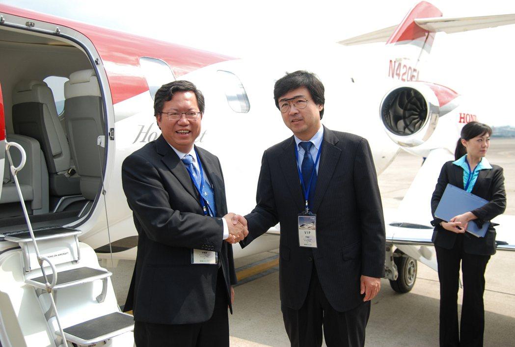圖為桃園市長鄭文燦(左)與本田飛航公司總裁藤野道格(中)。 記者林鼎智/攝影