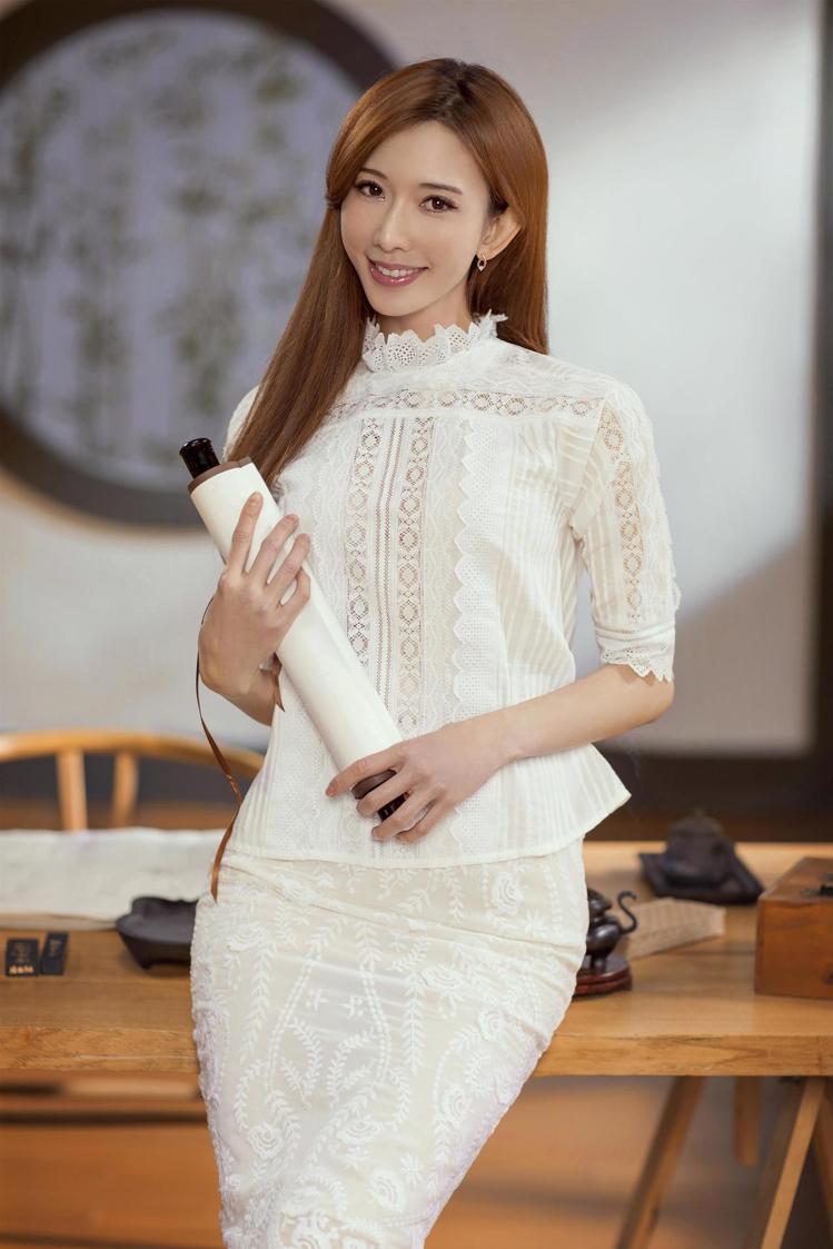 林志玲在節目中以vanessabruno法式刺繡套裝登場,展現嬌俏天真的少女氣息...