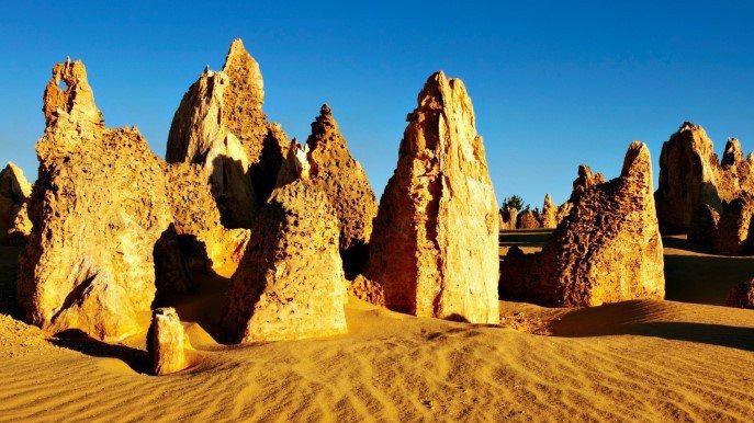 ・成千上萬的石灰岩柱聳立在白色沙漠之中,就像來到外星世界一樣既神秘又令人著迷。...