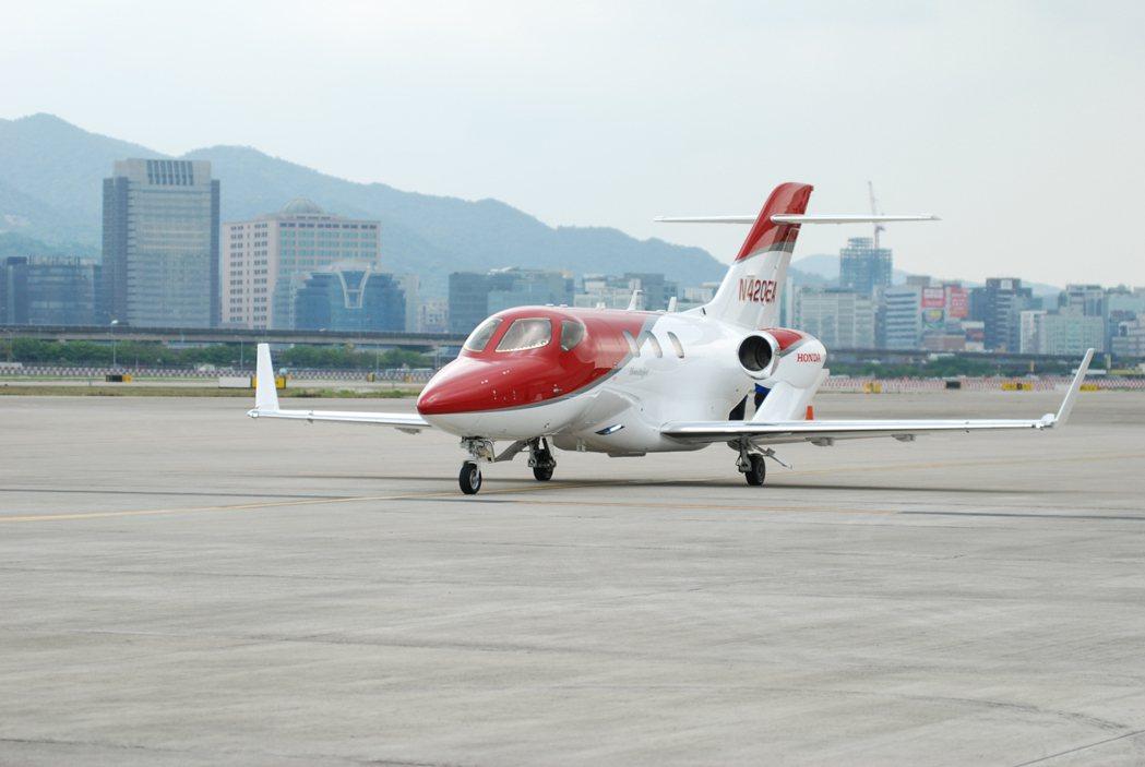 由本田飛航公司(Honda Aircraft Company)一手打造的 HondaJet 輕型噴射機於今(21)日在台北松山機場亮相。 記者林鼎智/攝影