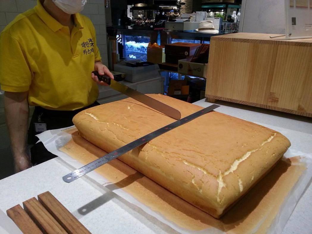 素樸的金黃色現烤蛋糕,在強調炫目、整型、華麗韓國當地社會,帶給人們新鮮健康風潮的印象。 圖/hairstylist_jehaecan