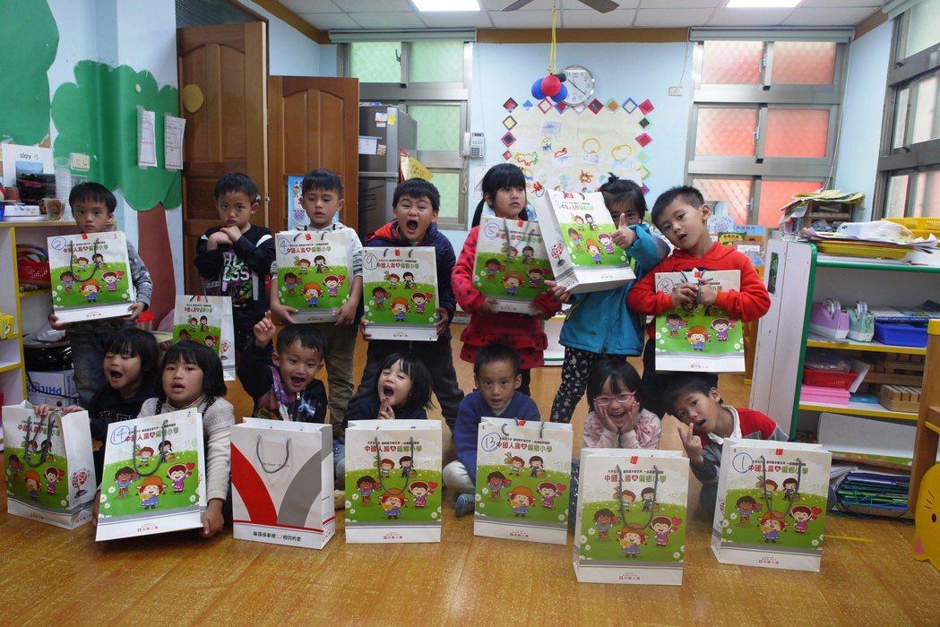 中壽「袋」愛到偏鄉,看見偏鄉孩童最純真的笑容。 中國人壽/提供