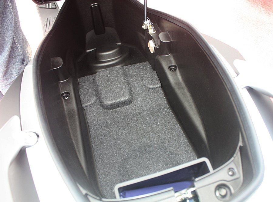 車廂可放入兩頂全罩式安全帽。 記者林和謙/攝影