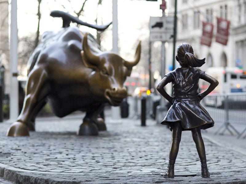 「華爾街銅牛」及新安放的「無畏女孩」雕像,再度成為爭議焦點。 (美聯社)
