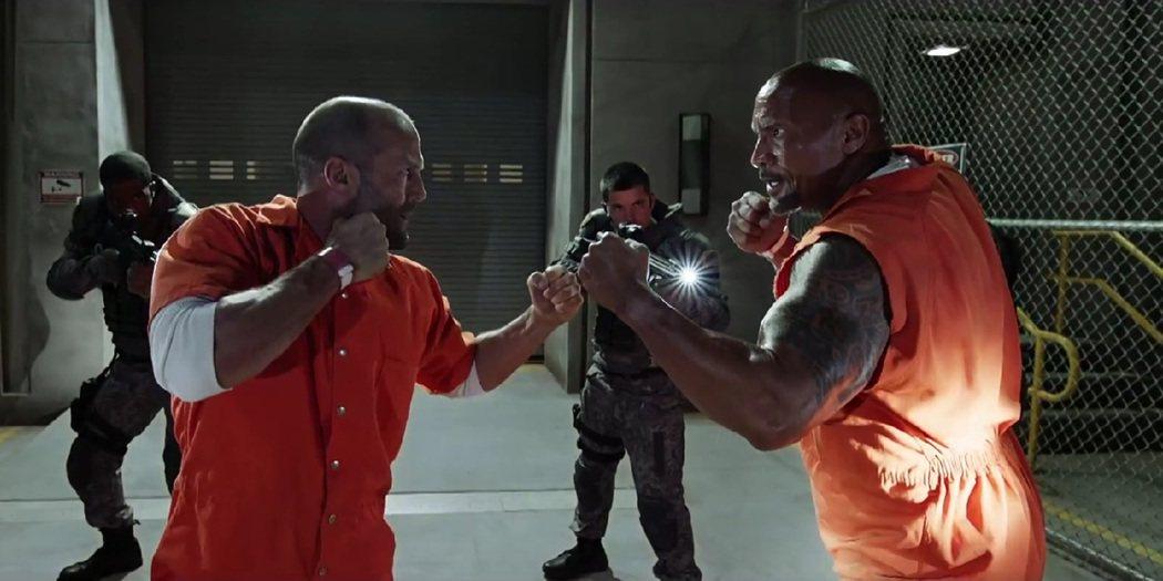 巨石強森(右)與傑森史塔森(左)在「玩命關頭8」的互動相當有趣。圖/UIP提供