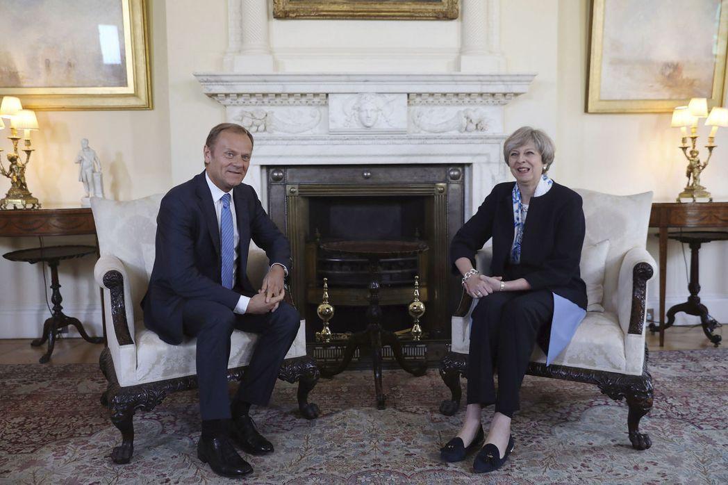 歐洲理事會主席圖斯克(左)本月會見英國首相梅伊,他堅持必須先就滯英歐盟公民的權益...