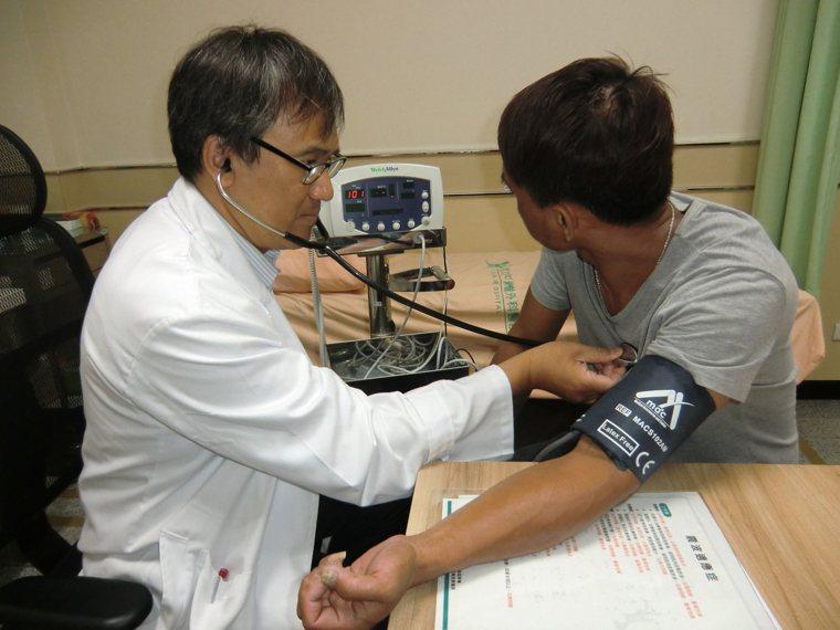 抗煞醫師巫慶仁(左)走過SARS的洗禮,決定全心投入預防保健醫學。記者謝梅芬/攝...
