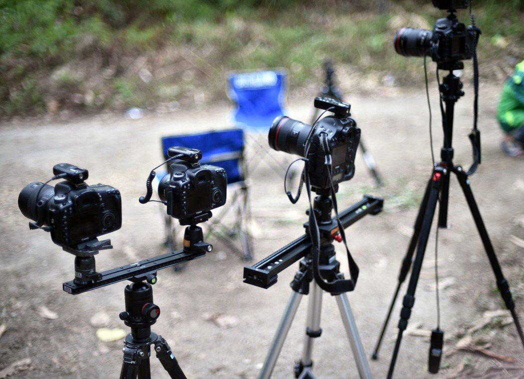這次拍攝採用五台單眼相機,利用無線遙控快門線來控制。記者劉學聖/攝影