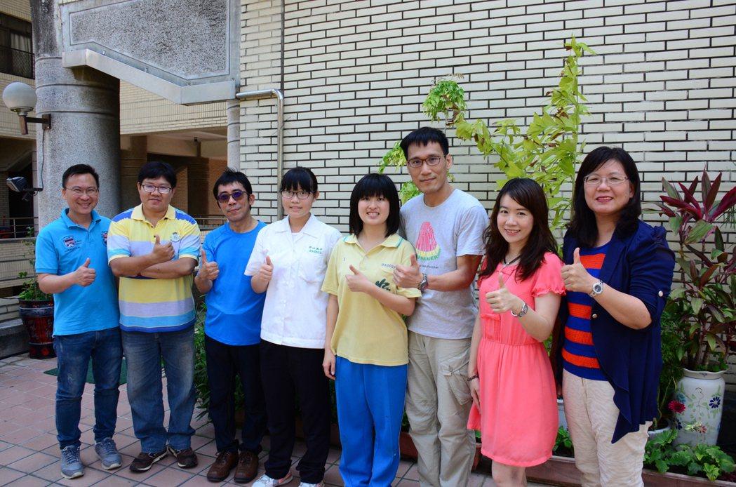 中山高中學生朱俐安(右四)、吳云云(左四)獲選為珊瑚礁大使。圖/中山高中提供
