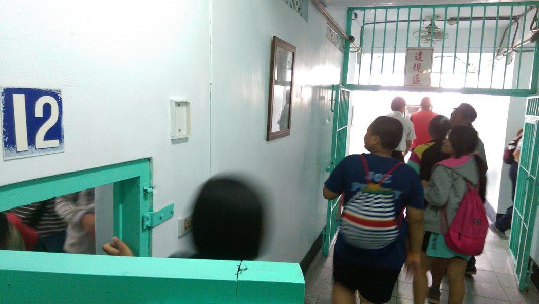 學生走進禁閉房,感覺「空間好小,好恐怖」。記者尤聰光/攝影