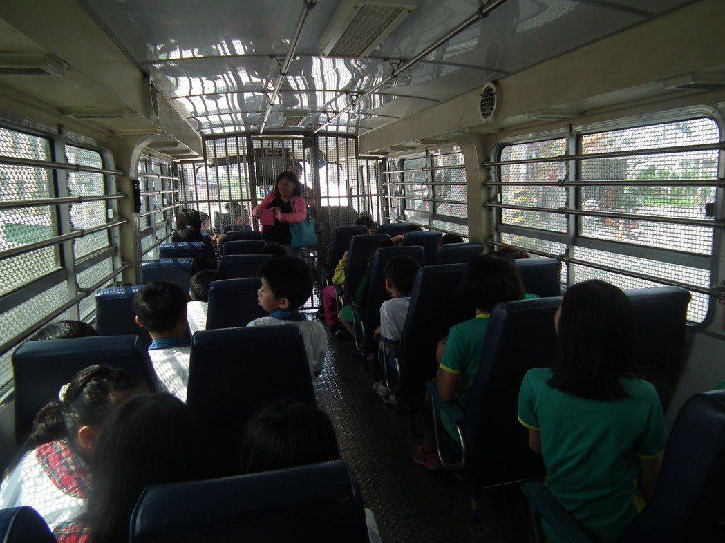 小學生一上囚車,都非常興奮又好奇的東張西望。記者尤聰光/攝影
