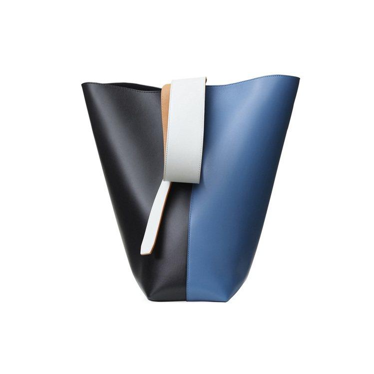 TWISTED CABAS藍黑拼色光滑小牛皮肩背提包,售價68,000元。圖/C...
