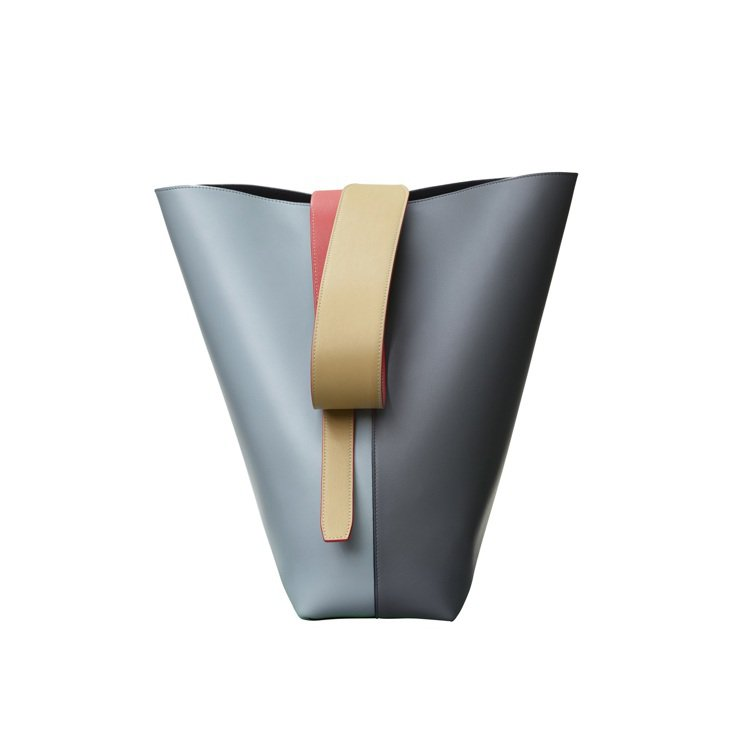 TWISTED CABAS藍灰拼色光滑小牛皮肩背提包,售價68,000元。圖/C...