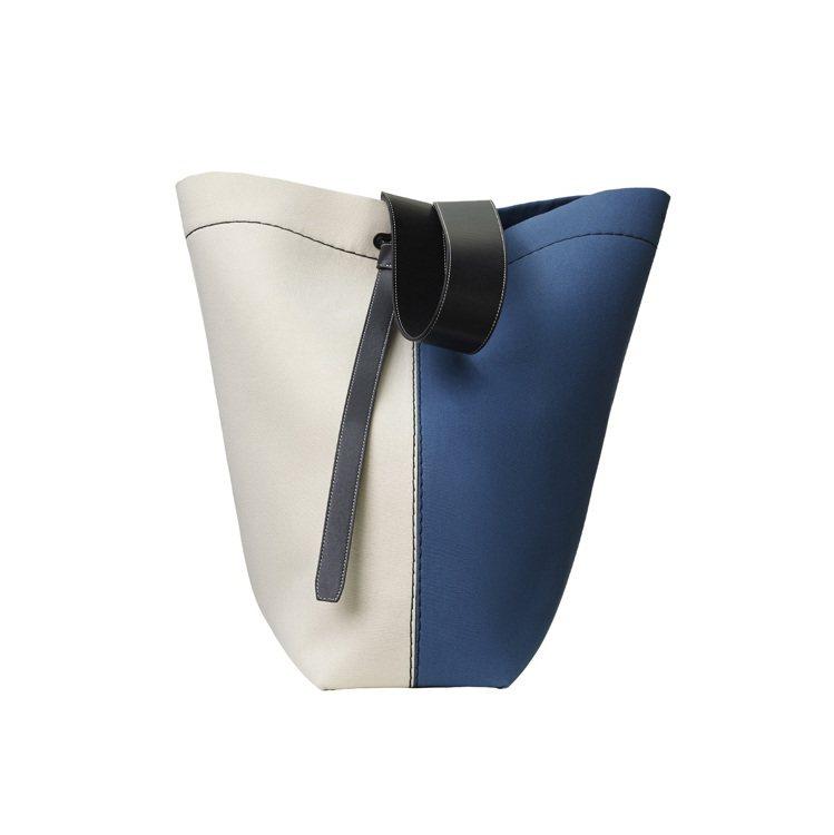 TWISTED CABAS米藍拼色帆布肩背提包,售價58,000元。圖/CELI...